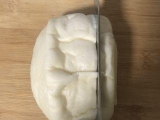 冷馒头的华丽转身—— 培根芝士烤馒头,在馒头上横竖切几刀,注意不要切到底