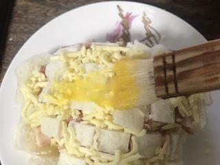 冷馒头的华丽转身—— 培根芝士烤馒头,表面刷一层蛋液