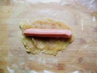 培根鸡肉卷,腌好的鸡片铺在砧板上,放上热狗