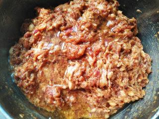 鲜肉包子,加入食用油,搅拌均匀