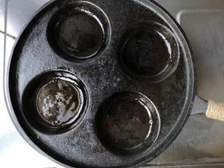 海苔香米饼,平底多孔锅内刷一层薄油烧热。