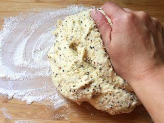 藜麦玉米面窝窝头,案板上撒上手粉,把发酵好的面团倒出来,揉匀排气