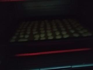 蛋黄小饼干,烤箱150度预热三分钟后,放入烤盘,150度上下火烤十分钟
