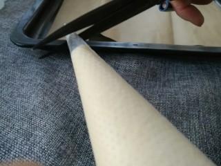 蛋黄小饼干,用剪刀在裱花袋的底端剪一个小口
