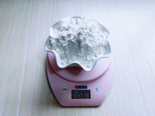 俄罗斯提拉米苏#异国美食#,首先将低筋面粉称重。
