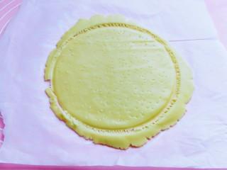 俄罗斯提拉米苏#异国美食#,将模具取下,成为一个大圆饼,再用牙签在饼皮上扎出小孔,边角不需要取下来,用牙签沿着模具划一圈,要划断开哈。