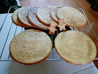 俄罗斯提拉米苏#异国美食#,烤好后把边角取下,放在旁边备用,大圆饼干放烤网上晾凉,依次烤好。
