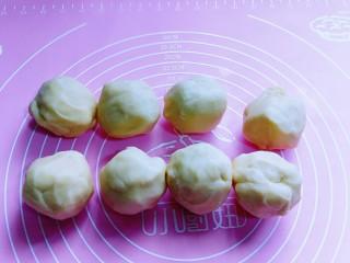 俄罗斯提拉米苏#异国美食#,30分钟后取出面团,分割8等份,揉圆。