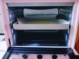 俄罗斯提拉米苏#异国美食#,把饼皮移到烤盘上,入烤箱中层,上下火175度烤6分钟。(具体温度按自家烤箱性能另定)
