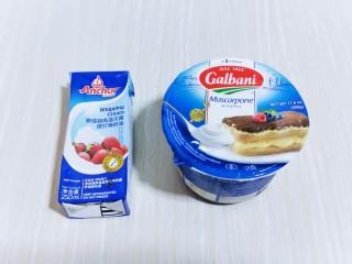 俄罗斯提拉米苏#异国美食#,准备馅料,奶油奶酪提前从冰箱取出室温软化。