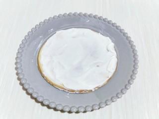 俄罗斯提拉米苏#异国美食#,取一块饼干,涂抹一层打发的奶油奶酪。