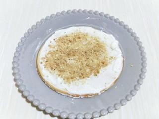 俄罗斯提拉米苏#异国美食#,撒上一层饼干碎。