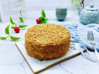 俄罗斯提拉米苏#异国美食#,最后涂抹奶油奶酪,再撒上饼干碎,可以多撒一些哈!表面被饼干碎包裹。冷藏好了再切开了呦~