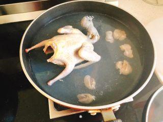 百合炖鸽子-滋补好汤,锅里烧开水后放入鸽子捞1分钟去除血水。