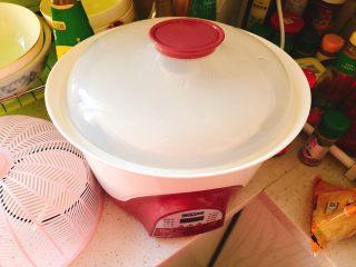 百合炖鸽子-滋补好汤,盖上盖子,隔水慢炖。