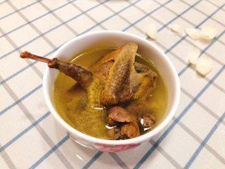 百合炖鸽子-滋补好汤,给孩子吃特别好,大人吃可以放点枸杞子。