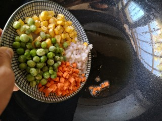照烧鱿鱼包饭,锅中适量食用油烧至7成热。