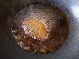 照烧鱿鱼包饭,将调好的照烧汁倒入锅中,发火烧开。