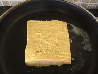 芝士火腿黄金西多士,放入锅中两面煎至金黄