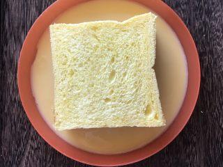芝士火腿黄金西多士,将吐司组合放入鸡蛋液,两面和四边都均匀地沾上鸡蛋液