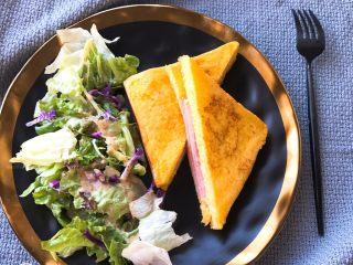 芝士火腿黄金西多士,配上蔬菜色拉就是一份美味的早餐啦