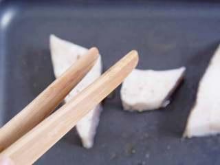 承味深海银鳕鱼配黑鱼子酱,不用去炒热度的完美CP!,用夹子将鳕鱼块码入锅中