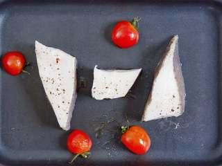 承味深海银鳕鱼配黑鱼子酱,不用去炒热度的完美CP!,放入对半切的小番茄,将鳕鱼块清煎至金黄上色即可