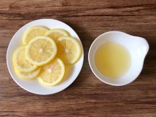 一品柠檬鱼,柠檬外皮用盐搓洗干净,中间部分切8片去籽待用,剩下的柠檬把汁挤到小碗里待用