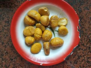 板栗香菇鸡肉焖饭,捞出过下冷水,去皮