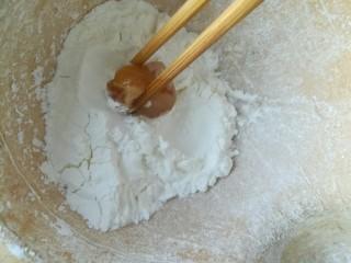 劲爆鸡米花,取一块裹一层玉米淀粉