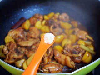 板栗烧鸡翅,炖煮至汤汁浓稠时加入鸡精