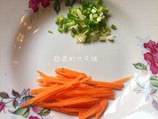 蚝油菌菇,再准备一点点胡萝卜丝和葱花,用来增色