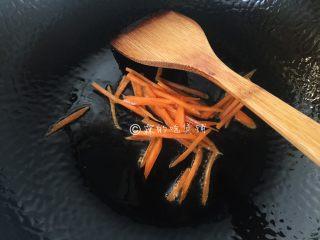 蚝油菌菇,起油锅,先放入胡萝卜丝煸炒