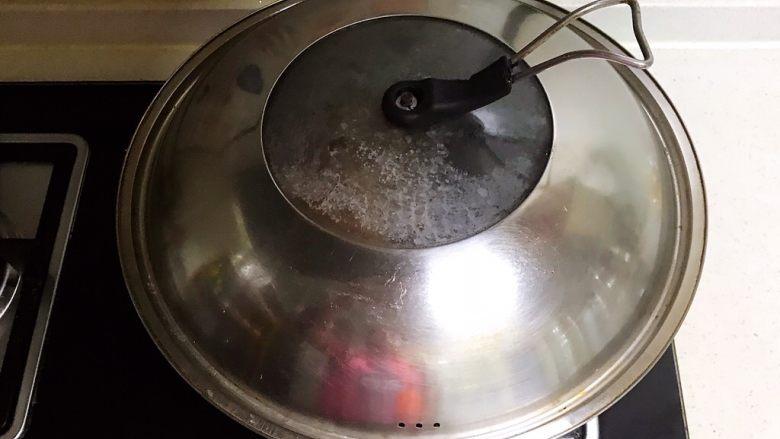 香辣毛豆,盖上锅盖,大火烧开后小火慢烧15分钟