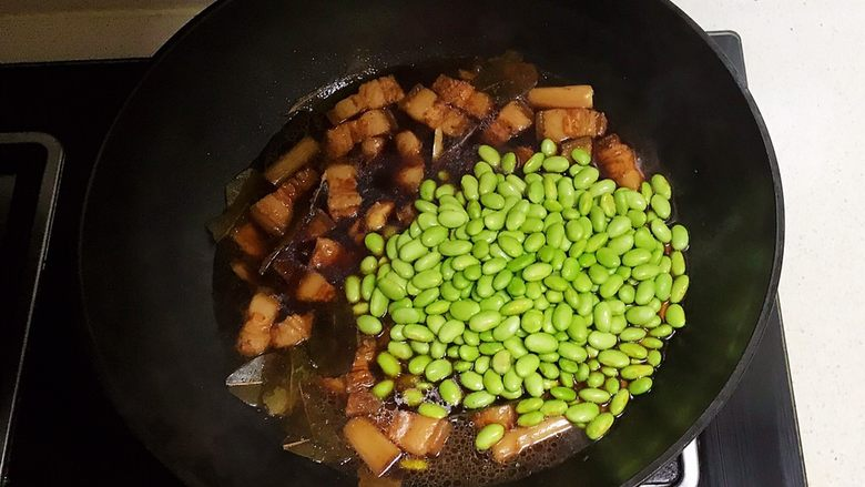 香辣毛豆,加入毛豆,继续烧10分钟左右