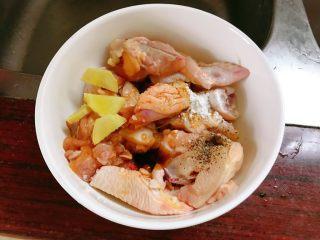 板栗鸡肉蒸饭,鸡肉调入适量盐、胡椒粉、生粉、酱油、蚝油、姜片。
