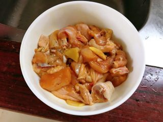 板栗鸡肉蒸饭,抓匀腌制半小时。