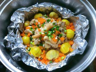 板栗鸡肉蒸饭,出锅撒上葱花即可。
