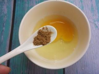 煎馒头片,再加半勺胡椒粉。