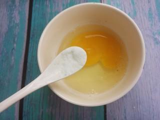 煎馒头片,加半勺盐。