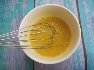 煎馒头片,用蛋抽搅拌均匀。
