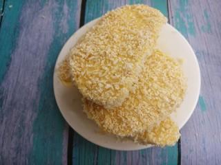煎馒头片,把馒头都沾上面包糠。