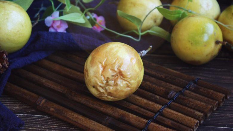 冬喝金色百香果蜂蜜茶,金色百香果的表皮磕碰后的伤痕会变成褐色,不影响食用。 金色百香果摘下来后放的时间长了与空气接触后发蔫,甚至有蔫褶,也不影响食用,表皮越蔫越好吃,甜度越大。 还是建议趁新鲜时把它打理好。我是趁着新鲜留一小部分直接吃,其余的部分都把果肉挖出来,放在小瓶子(保鲜盒)里,放入冰箱保存。