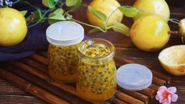 冬喝金色百香果蜂蜜茶,装瓶后蜂蜜会下沉到瓶子的底部,属于正常现象,如图所示的样子。
