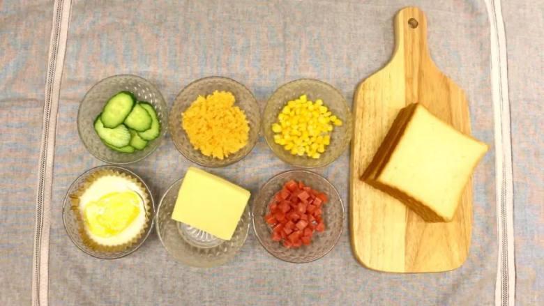 芝士三明治,使用中裕面包粉,做一个吐司然后切片。其他原料准备。
