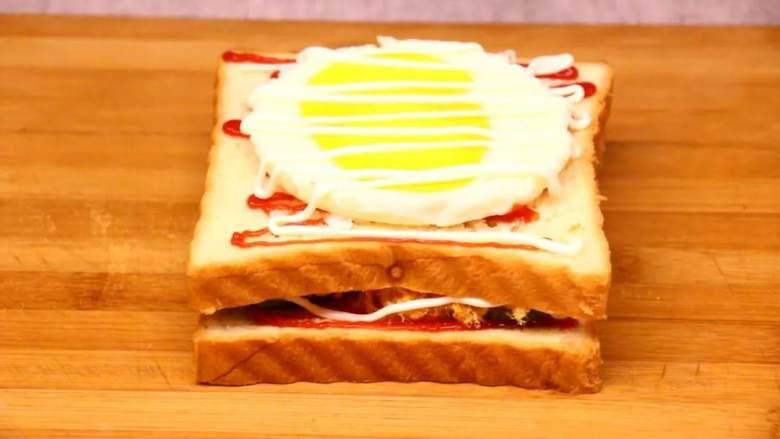 芝士三明治,第二层挤番茄沙司5克、<a style='color:red;display:inline-block;' href='/shicai/ 8866'>烤鸡蛋</a>一个最后挤沙拉酱5克。