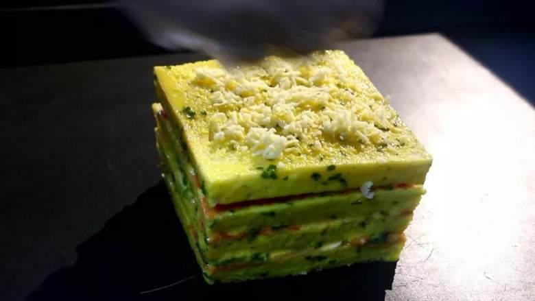 芝士三明治,蛋黄5个加入30克淡奶干葱适量搅拌均匀、四边和上面刷均匀、上面均匀撒5克马苏里拉。