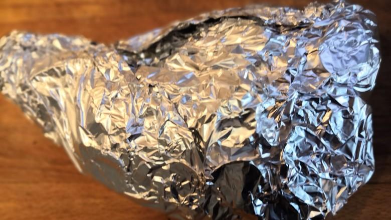 无敌烤羊腿,用锡纸把羊腿和洋葱包裹起来。