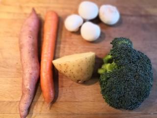 无敌烤羊腿,选取喜欢吃的蔬菜做为配菜,清洗干净,沥干水分备用。