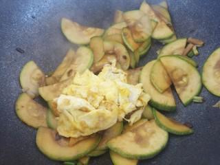 酱炒鸡蛋西葫芦,然后倒入炒好的鸡蛋。